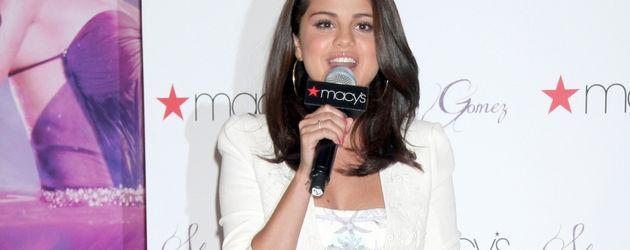 Selena ganz in Weiß
