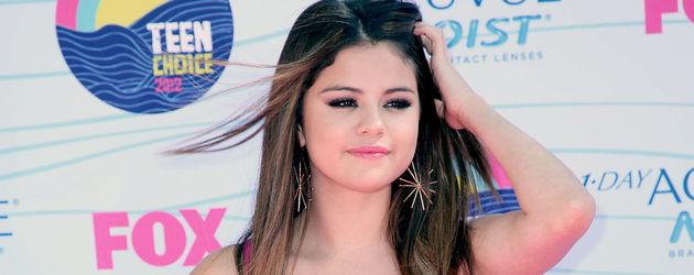 Selena Gomez im lilafarbenen Kleid