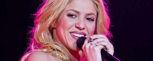Shakira mit goldenem Top