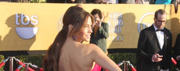 Sofia Vergara von hinten im pinken Abendkleid