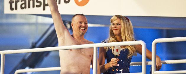 Stefan Raab hebt die Hand mit Sonja Kraus