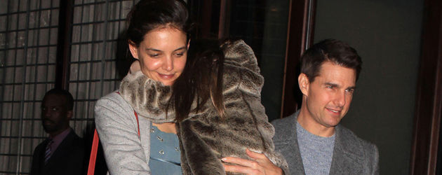 Suri verlässt auf dem Arm ihrer Mutter und mit Papa Tom Cruise das Hotel