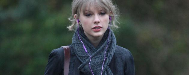 Taylor Swift im Rock und schwarzer Jacke