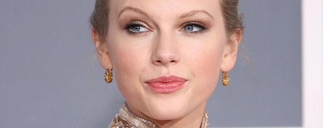 Taylor Swift mit einem goldenen Kleid im Profil