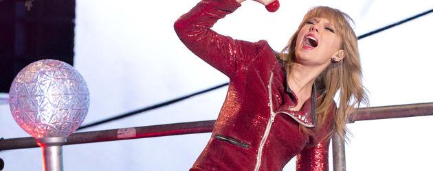 Taylor Swift performt in Lederhose