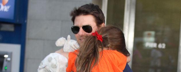 Tom Cruise trägt Suri auf dem Arm
