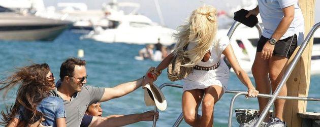Victoria Silvstedt steigt in ein Boot