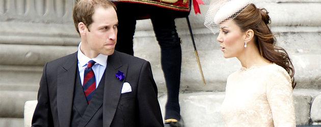William und Kate steigen eine Treppe hinab