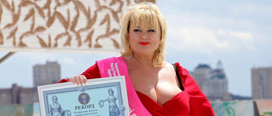 Brüste welche frauen größten haben die Yahoo ist