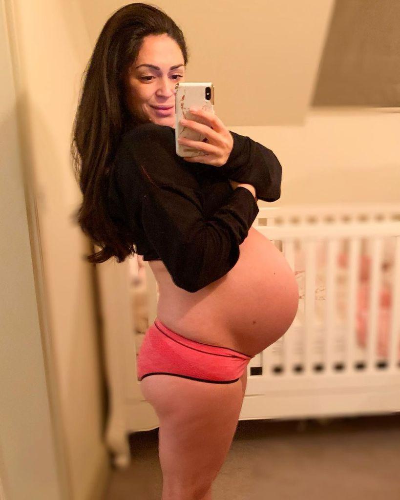 Schwangere MILF zeigt ihren Bauch