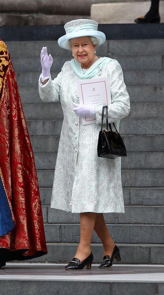 Queen Elizabeth Ii Beschaftigt Schuh Einlaufer Promiflash De