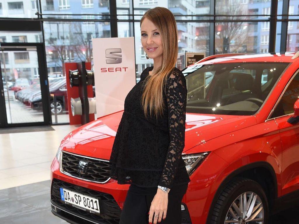"""Sandy Meyer-Wölden mit Babykugel bei der """"Seat Alteca Weihnachtstour"""""""