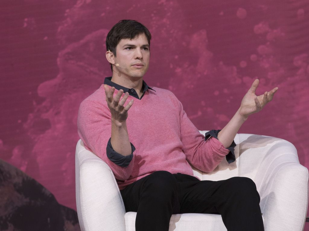 Ashton Kutcher bei einer Diskussion in Los Angeles