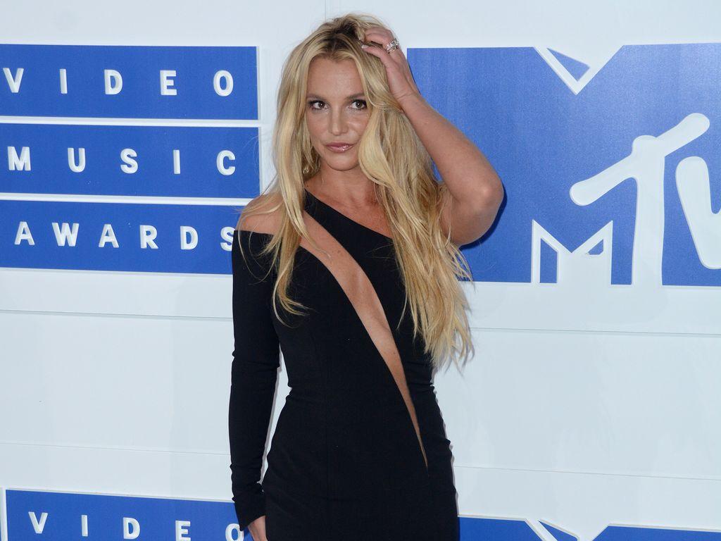 Britney Spears in einem schwarzem Kleid