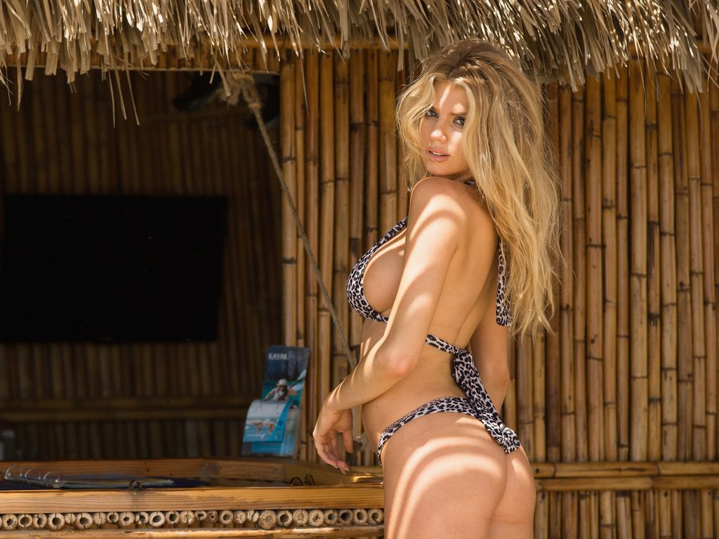 "Charlotte McKinney beim Modeln in ""ME Cabo Resort"" in Mexico"