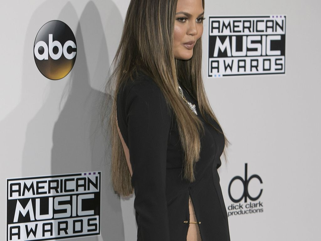 Chrissy Teigen auf dem Red Carpet der American Music Awards 2016