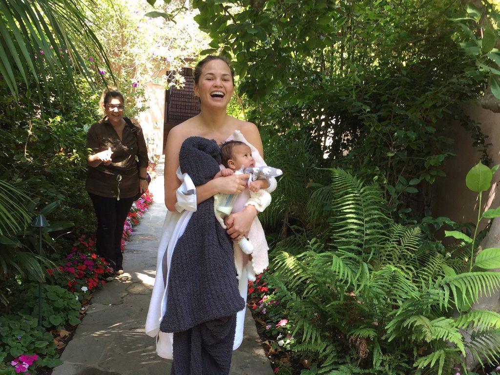 Chrissy Teigen, ihre Mutter und Baby Luna bei einem Feueralarm im LA Hotel