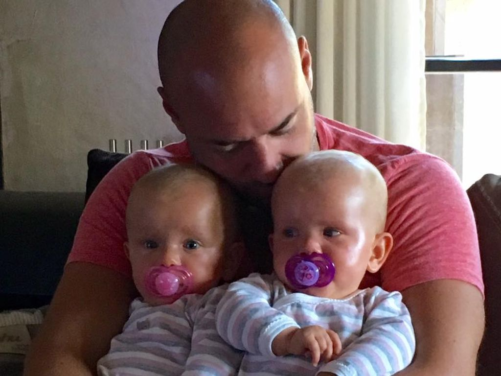 Christian Tews mit seinen Zwillingsmädchen Marlena und Paulina