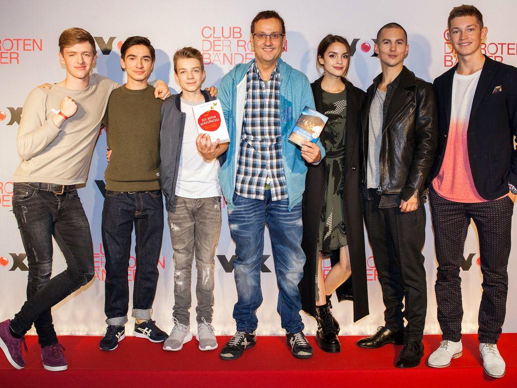 """Autor Albert Espinosa mit dem """"Club der Roten Bänder""""-Cast"""