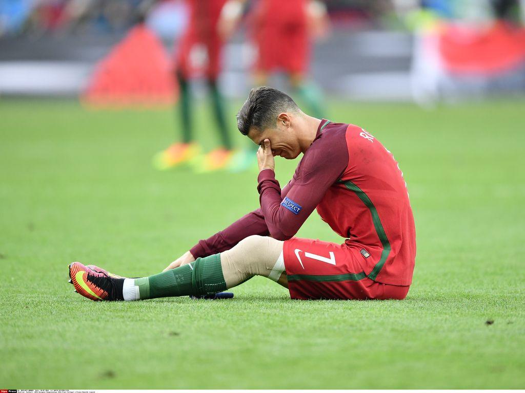 Cristiano Ronaldo verletzt nach einem Zweikampf beim EM-Finale 2016
