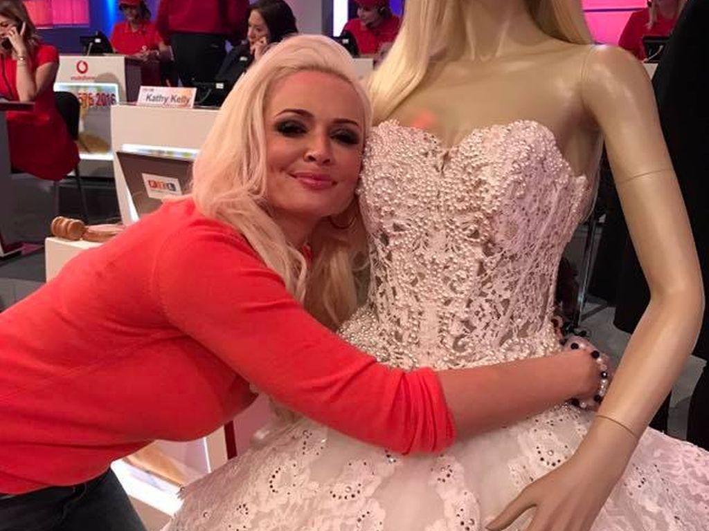 Daniela Katzenberger im November 2016 mit ihrem Brautkleid auf Facebook