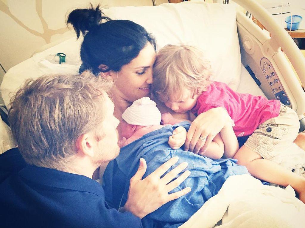 Daniela Ruah mit ihrer Familie kurz nach der Entbindung im Krankenhaus in Los Angeles