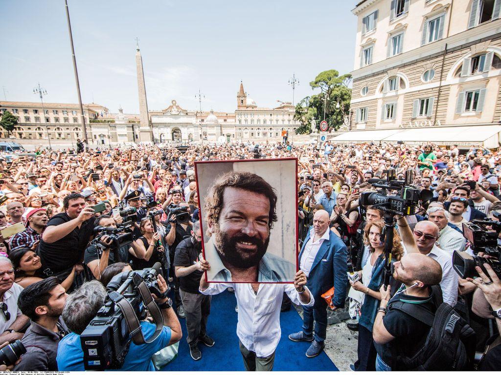 Fans gedenken Bud Spencer bei der Trauerfeier in Rom