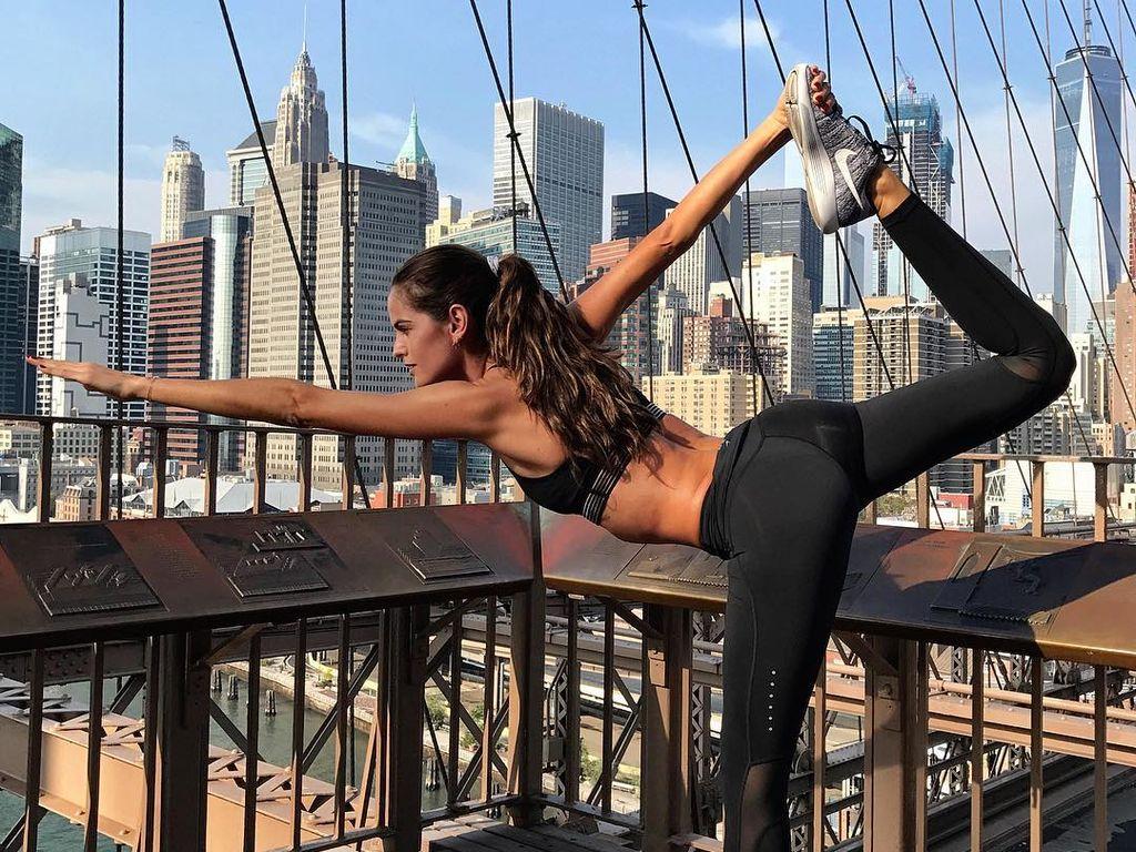 Izabel Goulart auf der Brooklyn Bridge