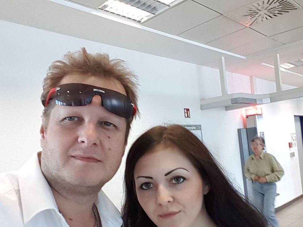 Jens Büchner mit seiner Tochter Jenny im Krankenhaus