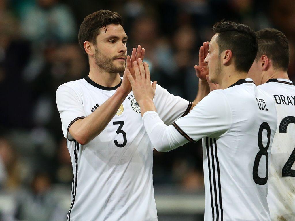 Jonas Hector und Mesut Özil, deutsche Nationalspieler