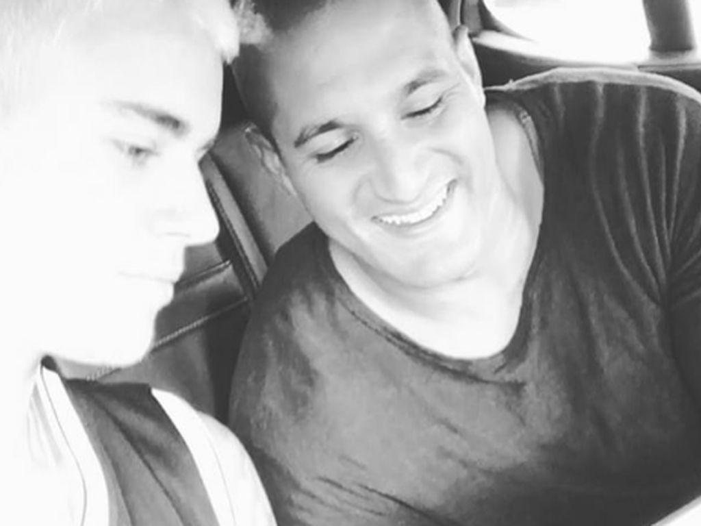 Justin Bieber und ein Freund schauen sich ein Video auf dem Smartphone an