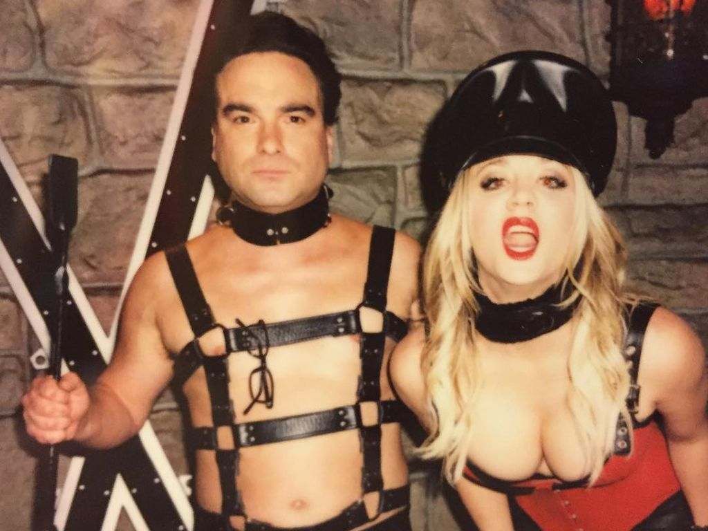 Kaley Cuoco und Johnny Galecki in Bondage-Kluft