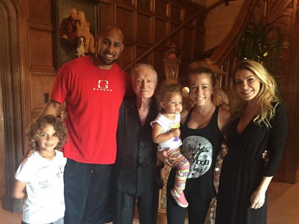 Kendra Wilkinson (2.v.r.) mit Ehemann Hank Baskett und den Kids zu Besuch bei Hugh Hefner und Crysta