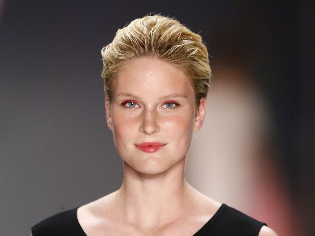 Kim Hnizdo läuft bei der Berlin Fashion Week für Minx by Eva Lutz