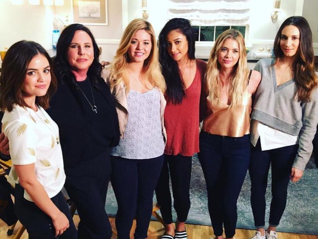 Lucy Hale, Marlene King, Sasha Pieterse, Shay Mitchell, Ashley Benson und Troian Bellisario