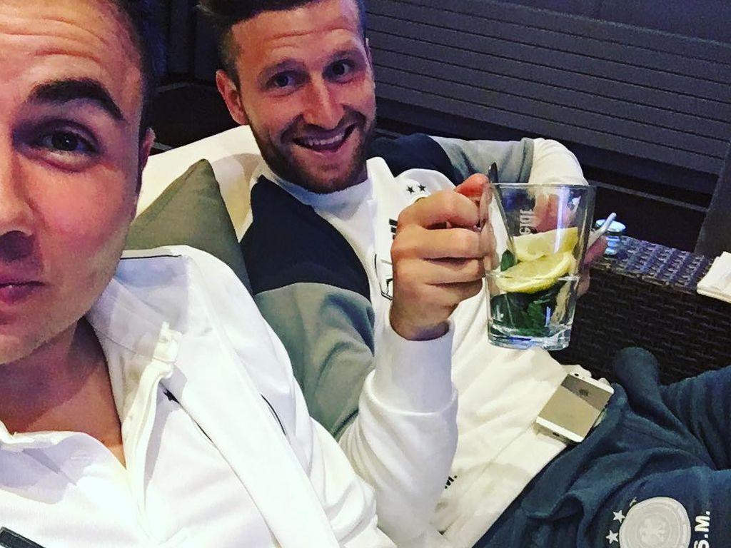 Mario Götze und Shkodran als Fernsehzuschauer beim EM-Spiel Portugal gegen Island