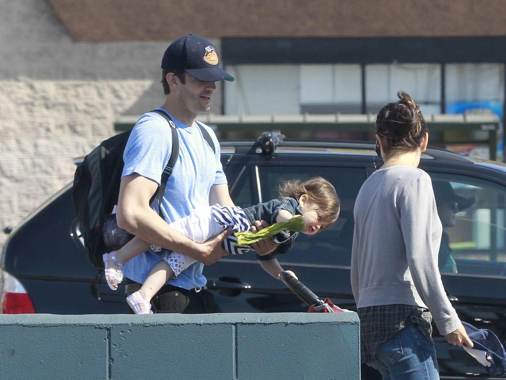 Mila Kunis & Ashton Kutcher mit Tochter Wyatt beim Shopping