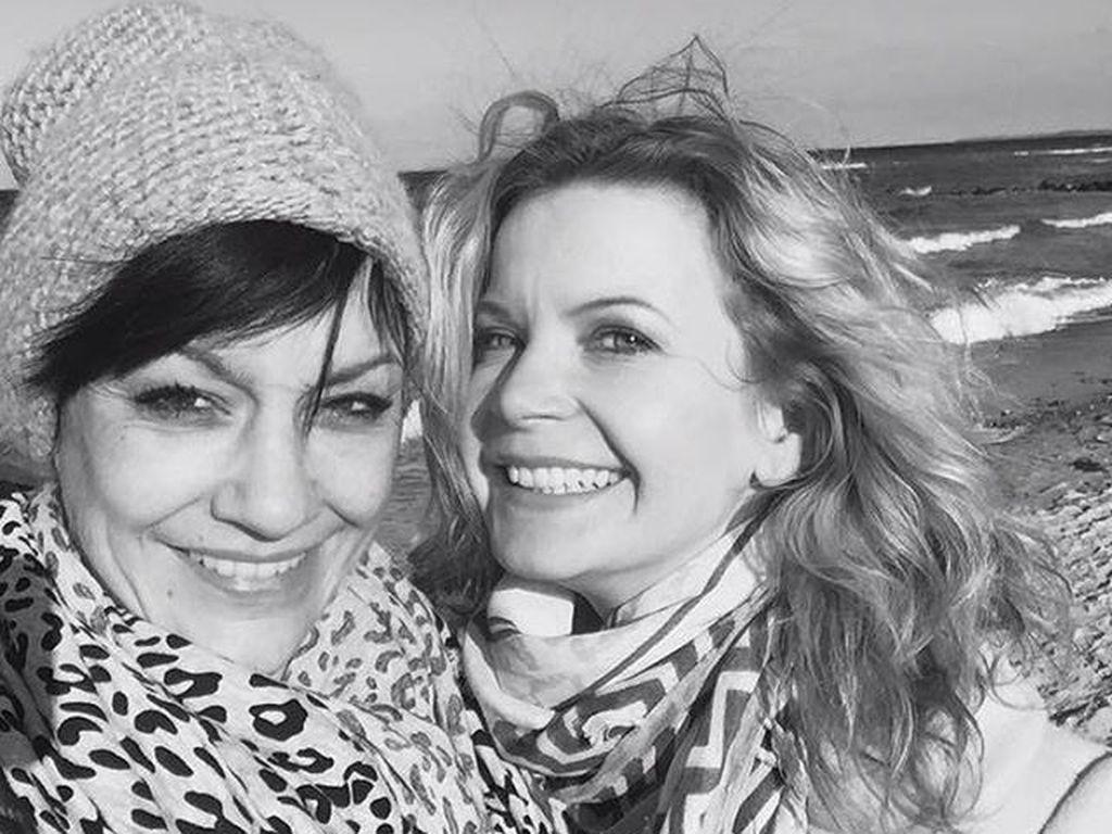 Miriam Pilehau und Eva Imhof am Strand
