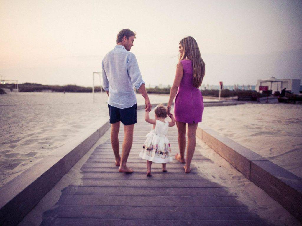 Nico Rosberg mit Tochter und Ehefrau Vivian beim Händchenhalten