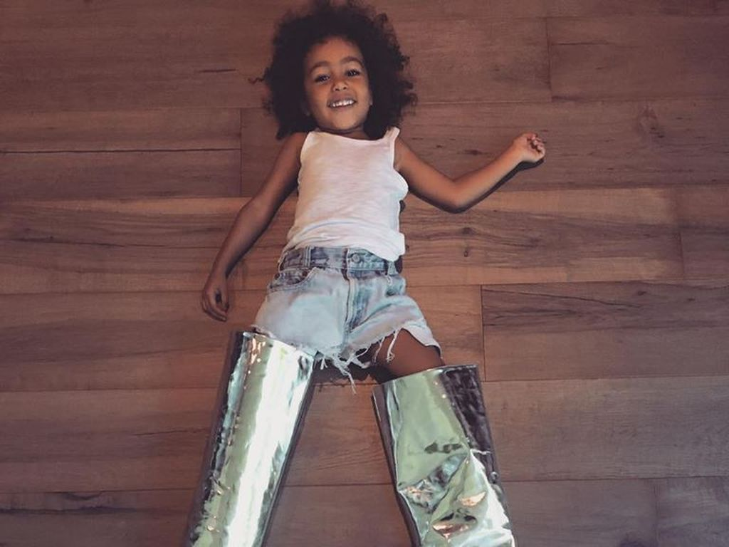 North West mit Kims Stiefeln
