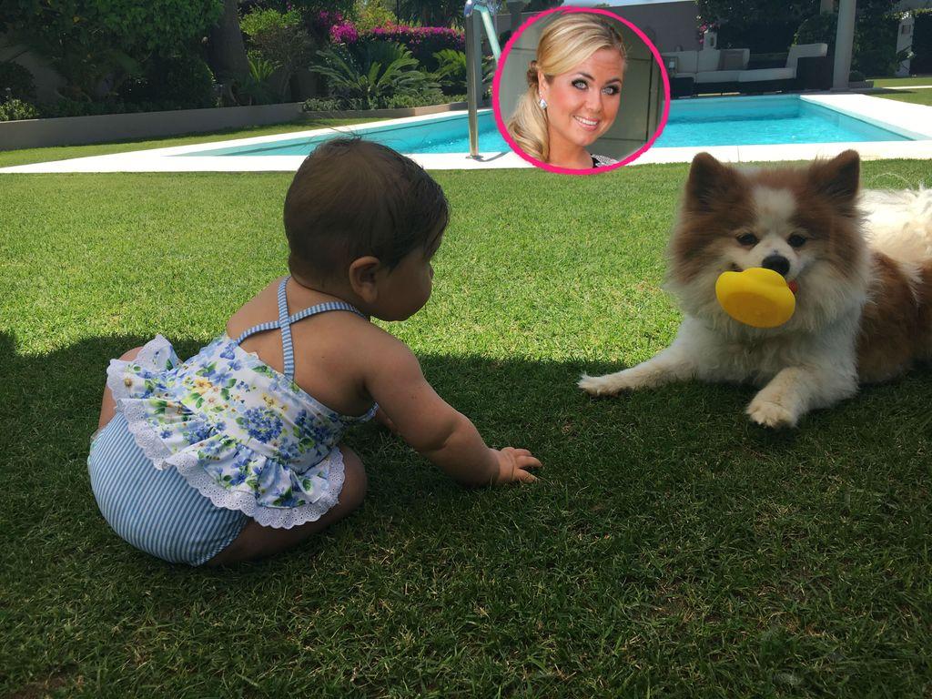 Rebecca Kratz mit ihrer Tochter Alaia-Claire und dem Hund