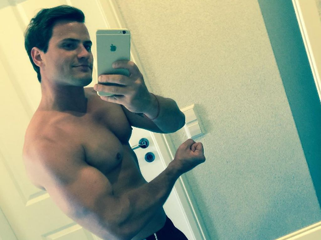Rocco Stark zeigt seine Muskeln vorm Spiegel