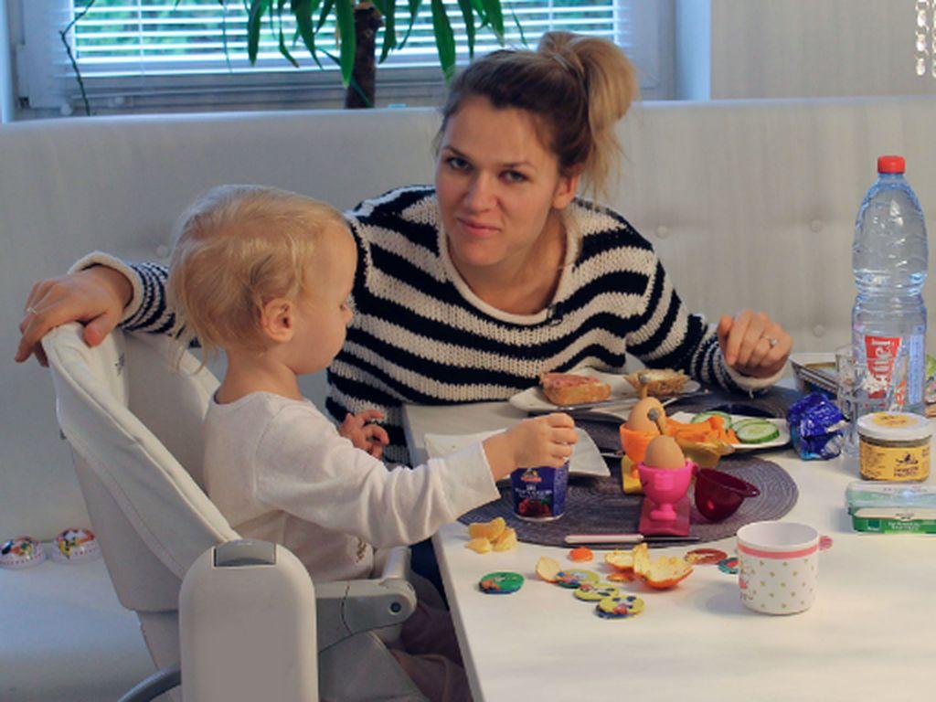 """Sara Kulka mit Töchterchen Matilda in der RTL II-Doku """"Models im Babyglück"""""""