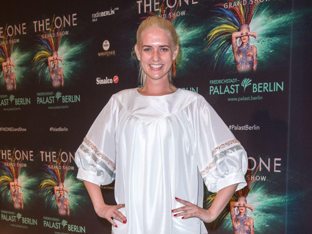 """Sarah Knappik bei der Premiere von """"THE ONE"""" im Friedrichstadt-Palast Berlin"""