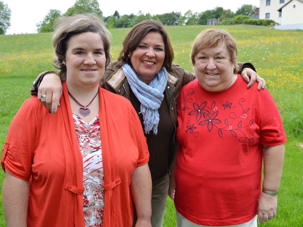 """""""Schwiegertochter gesucht""""-Beate und Mutter Irene mit Moderatorin Vera Int-Veen (Mitte)"""