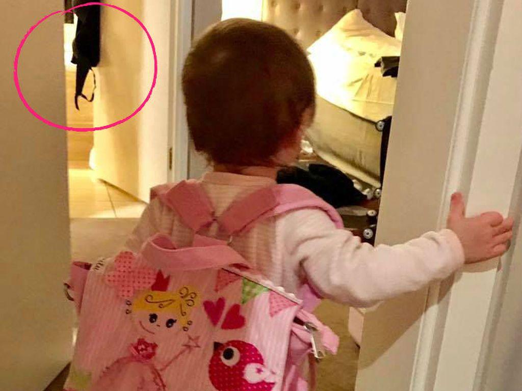 Sophia Cordalis trägt ihre eigene Wickeltasche
