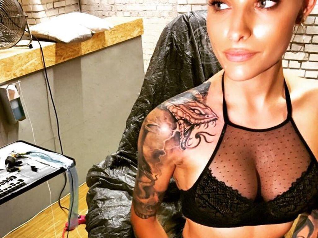 Sophia Thomalla mit ihrem neuen Schlangen-Tattoo