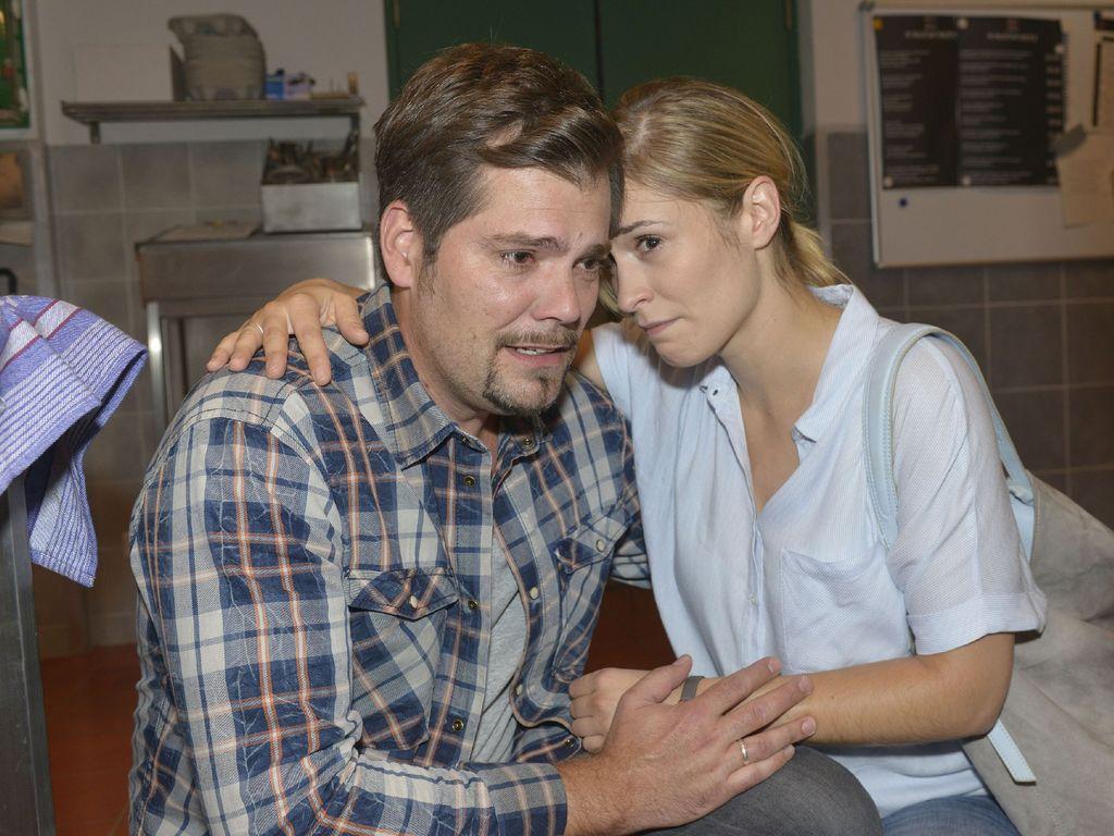 Sophie (Lea Marlen Woitack) und Leon (Daniel Fehlow) trösten sich gegenseitig
