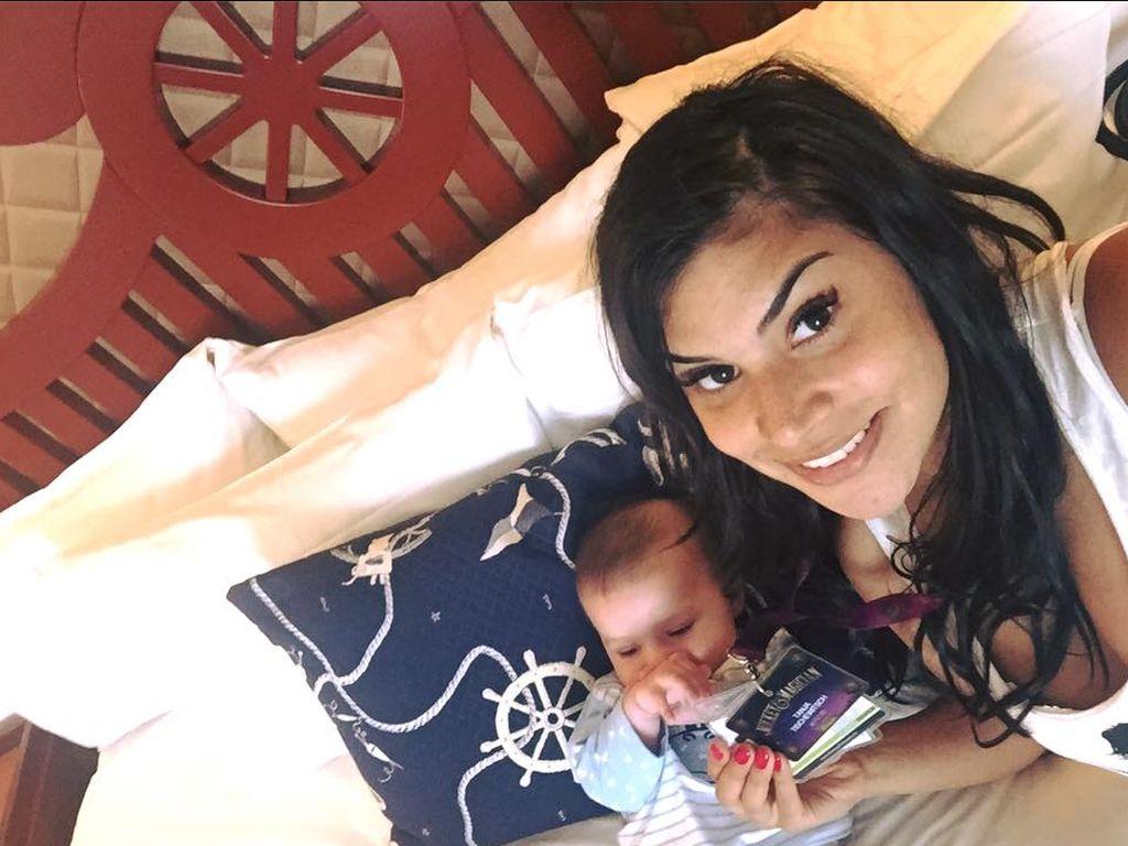 Tanja Tischewitsch mit Baby Ben im Disneyland Paris