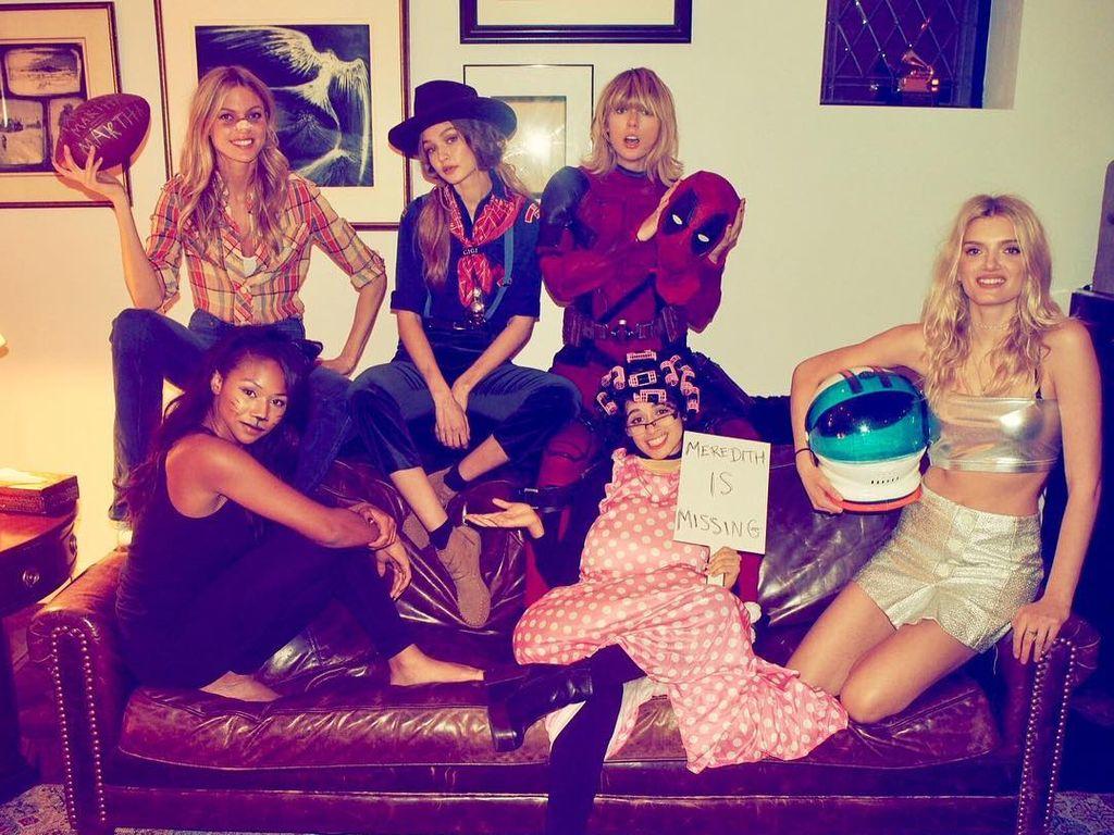 Taylor Swift (hinten rechts) mit ihrer Clique an Halloween 2016
